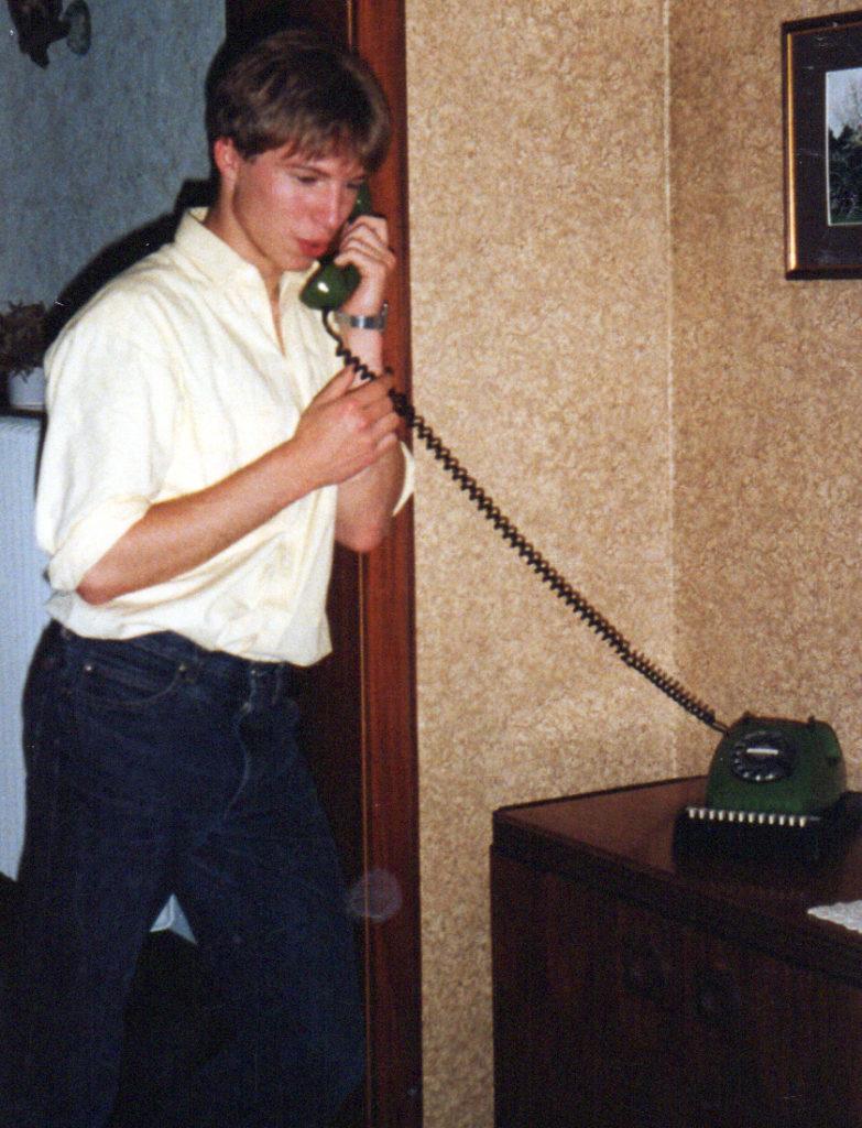 Herr Diekmann am schönen opalfarbenen Telefon.