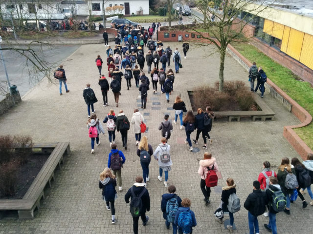 Schüler stürmen über den Schulhof