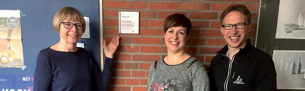 Frau Berger, Herr Diekmann und Frau Tschierschke vor dem Oberstufenbüro